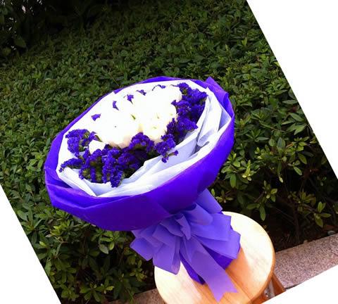 紫色勿忘我围边丰满;包装:紫色皱纹纸