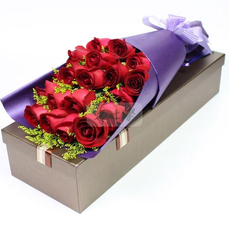 商品简介:19支红玫瑰,2只小熊,搭配石竹梅,满天星;紫色包装纸包装